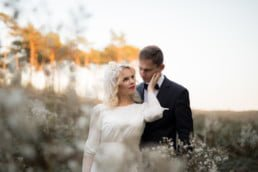 sesja ślubna w leśnej scenerii